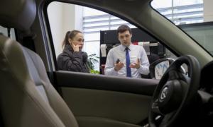Банки согласились снизить комиссию за покупку машины по карте